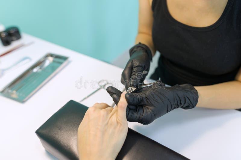 Zakończenie proces fachowy manicure, ręki manicurzysta i kobieta klient, instrumenty fotografia royalty free