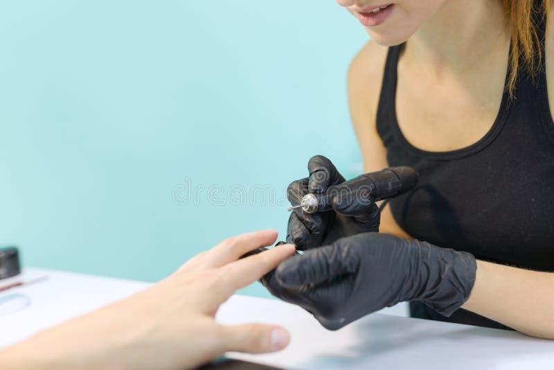 Zakończenie proces fachowy manicure, ręki manicurzysta i kobieta klient, instrumenty obraz stock