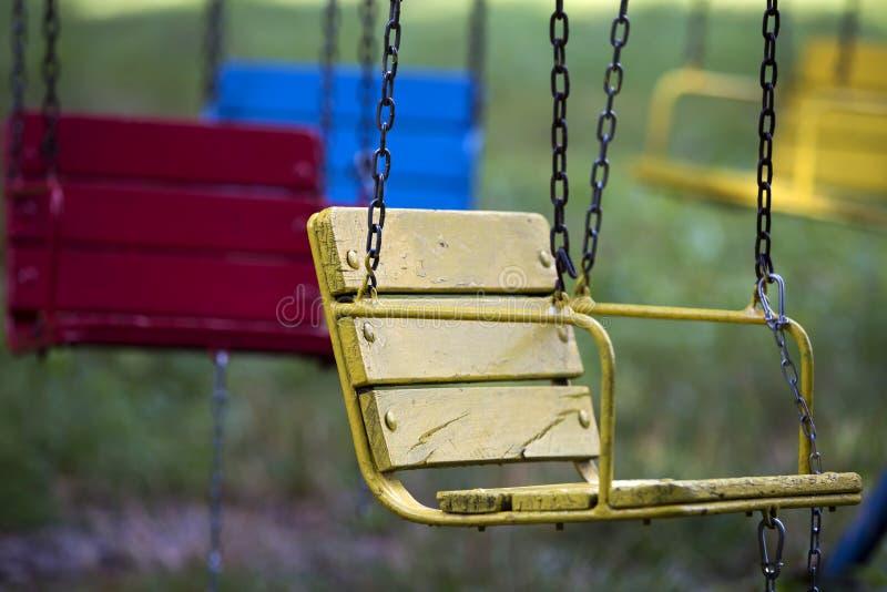 Zakończenie pusty drewniany błękit, kolor żółty, rocznika co siedzenia zdjęcie royalty free