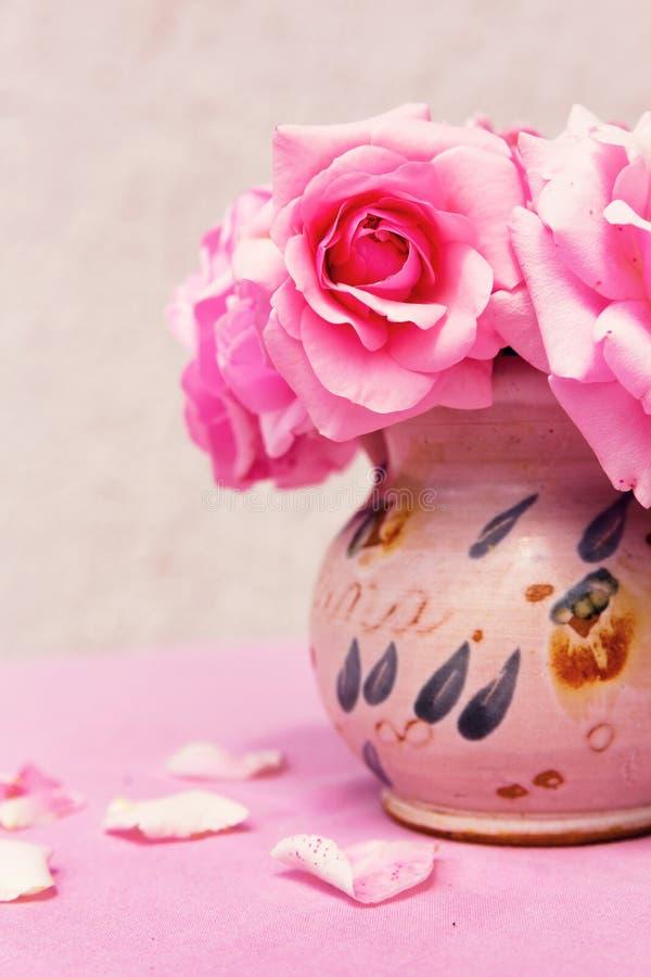 Zakończenie różowi kwiaty up wiąże inside wazę zdjęcia stock