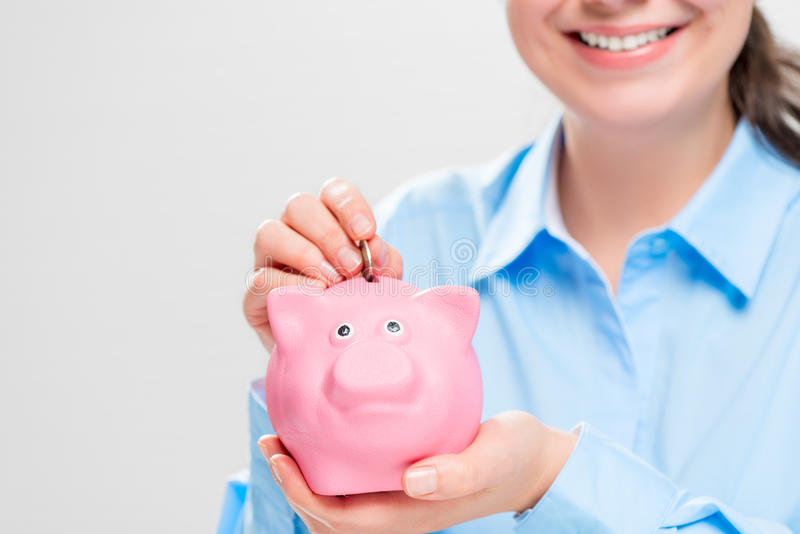 Zakończenie różowy świniowaty prosiątko bank w rękach oszczędnościowy obraz royalty free