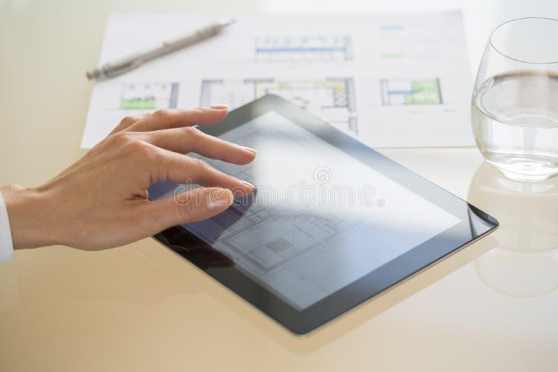 Zakończenie ręka architekta kobieta Używa pastylka komputer osobistego obrazy stock