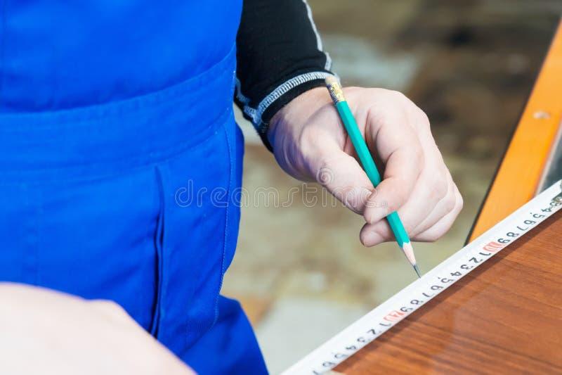 Zakończenie ręka cieśli ` s mistrz zaznacza z władcą i ołówkowym pustym miejscem Pojęcie manuał obraz royalty free