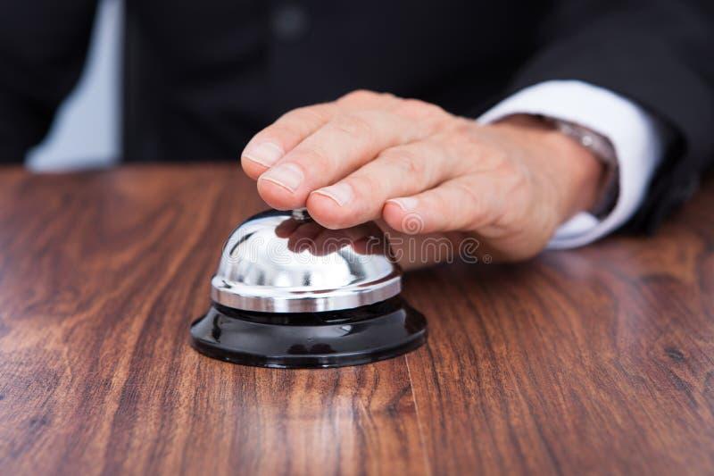 Zakończenie ręki dzwonienia usługa dzwon obraz stock