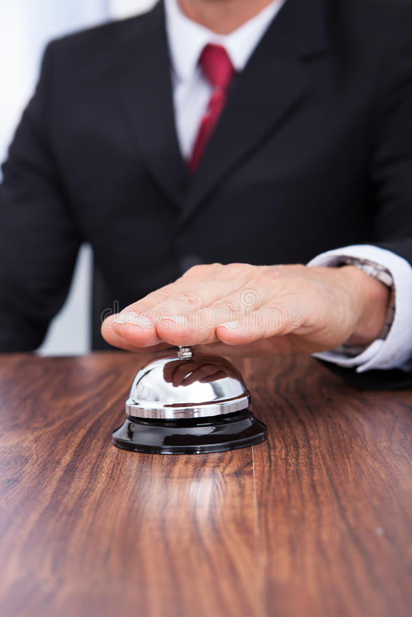 Zakończenie ręki dzwonienia usługa dzwon fotografia stock