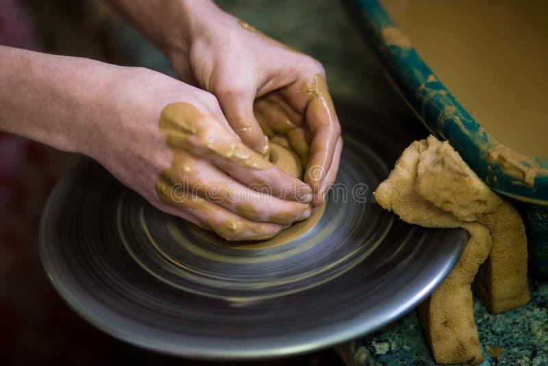 Zakończenie ręki garncarka w fartuchu robi wazie od gliny, selekcyjna ostrość Robić mię wpólnie obraz royalty free