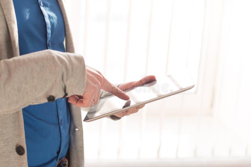 Zakończenie ręki i palce męska wzruszająca cyfrowa pastylka nad okno zdjęcia stock
