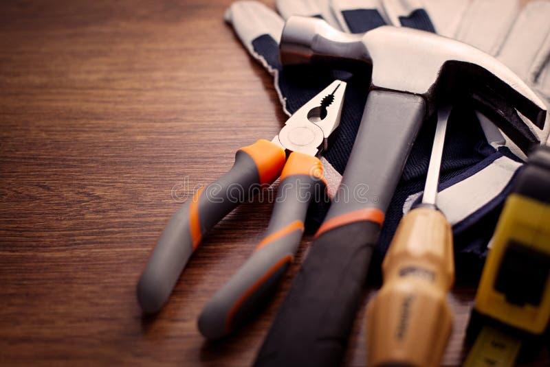 Zakończenie ręki up narzędzia na Drewnianym stole zdjęcie royalty free