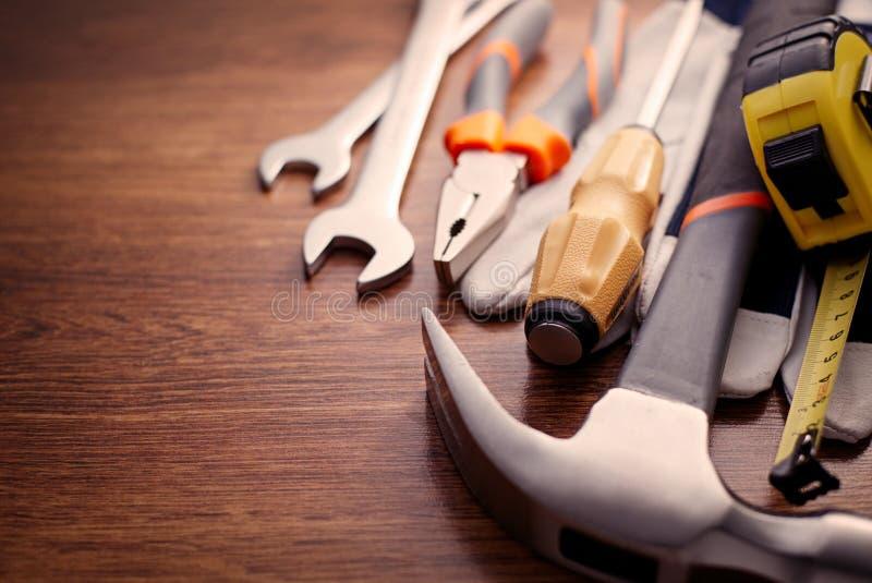 Zakończenie ręki up narzędzia na Drewnianym stole obrazy stock