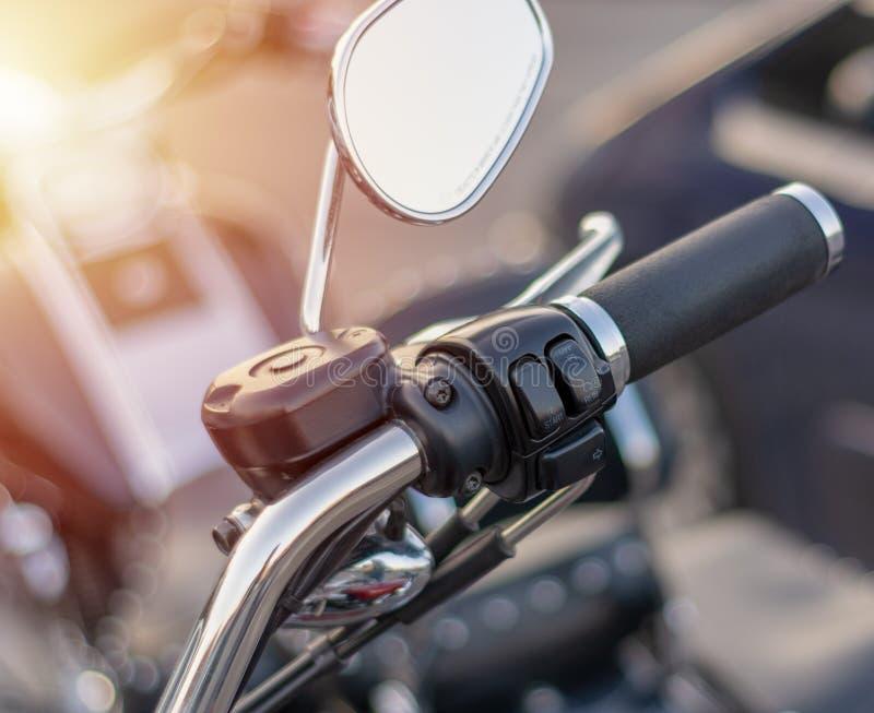Zakończenie rękojeści lustro na handlebars motocykl zdjęcie stock