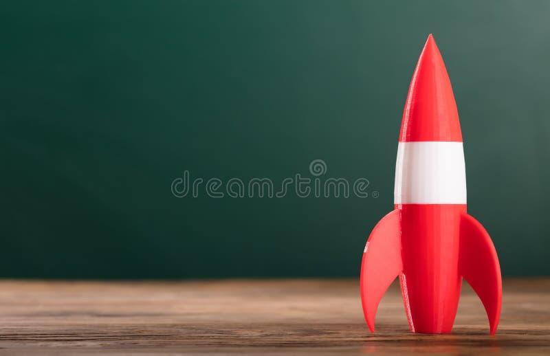 Zakończenie rakieta Na Drewnianym biurku zdjęcia royalty free