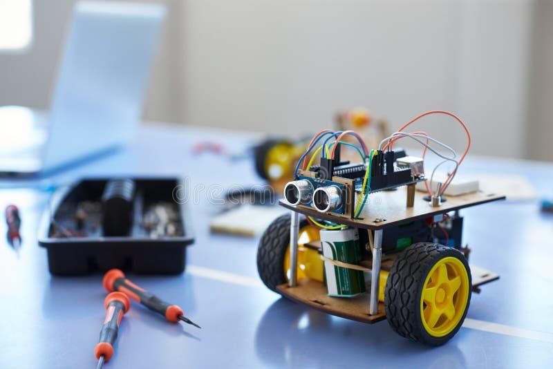 Zakończenie robota pojazd W Szkolnej Komputerowej cyfrowanie klasie zdjęcia stock