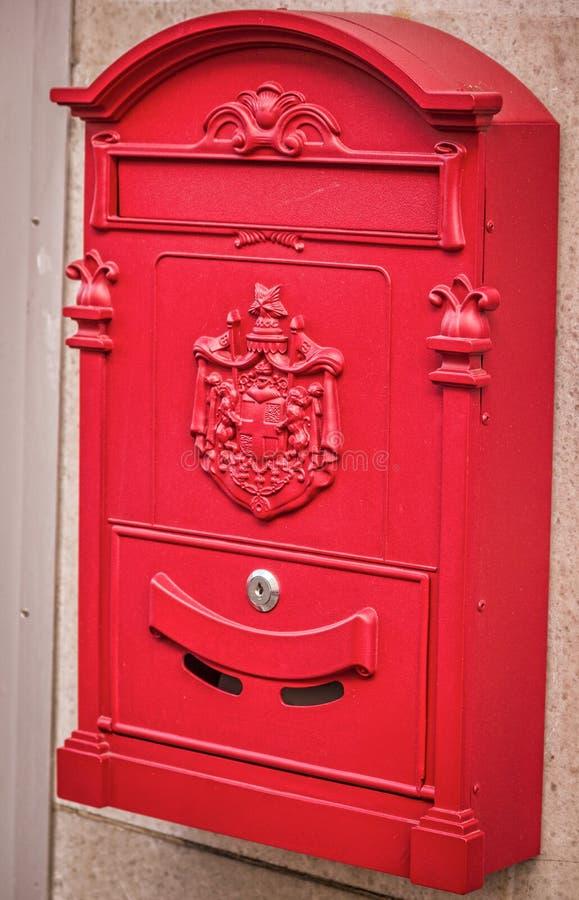 Zakończenie rocznik Czerwona Niemiecka skrzynka pocztowa fotografia royalty free