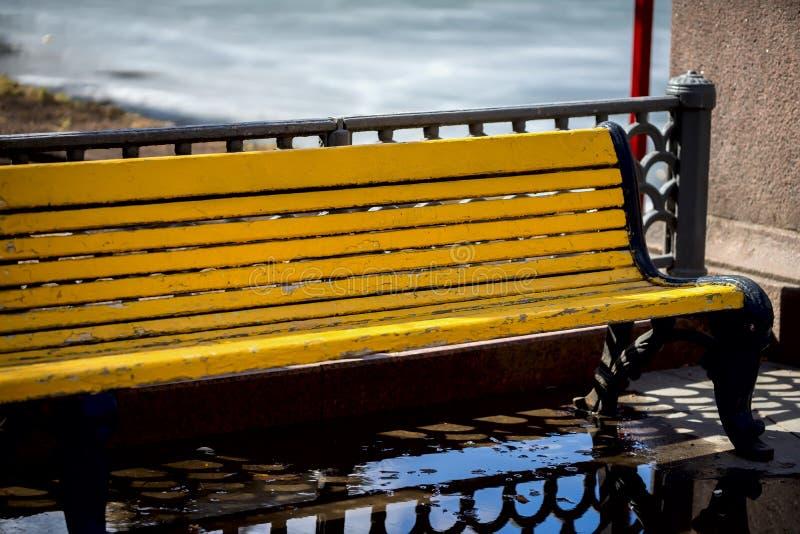 Zakończenie rocznika mokra drewniana ławka w parku po wiosna deszczu Abstrakcjonistycznego symbolu pojęcie, sezony Z miejscem dla obraz stock