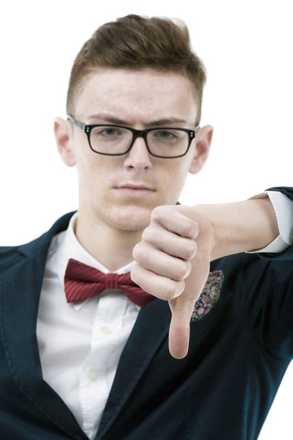Zakończenie rozczarowany młody biznesowy mężczyzna pokazuje kciuka puszek fotografia stock
