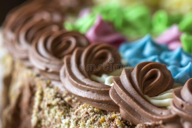 Zakończenie słodka kolorowa śmietanka na górze torta fotografia stock