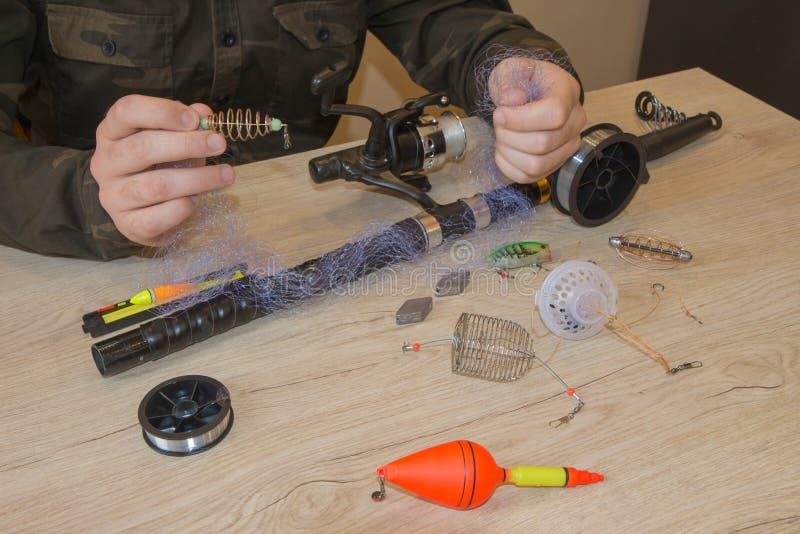 Zakończenie s rybaka ` ręki z połowu sprzętem obrazy stock