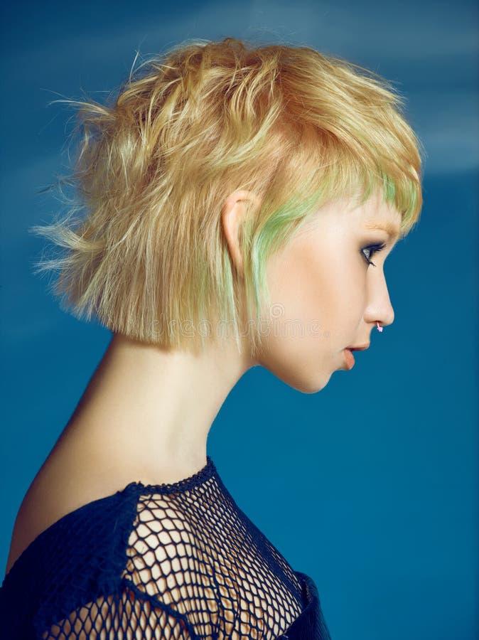 Zakończenie salowy portret urocza dziewczyna z blondynka włosy Studio strzał pełen wdzięku młoda kobieta z krótkim ostrzyżeniem fotografia royalty free