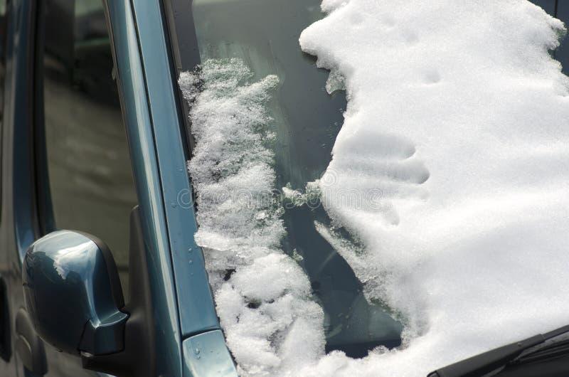 Zakończenie samochodowy windscreen zakrywający w śniegu obrazy stock