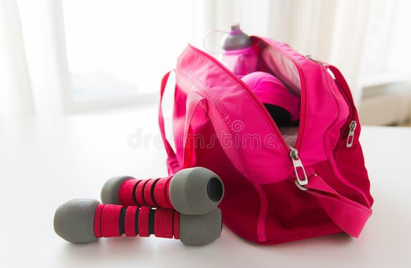 Zakończenie sporty up faszeruje w torbie i dumbbells zdjęcie royalty free