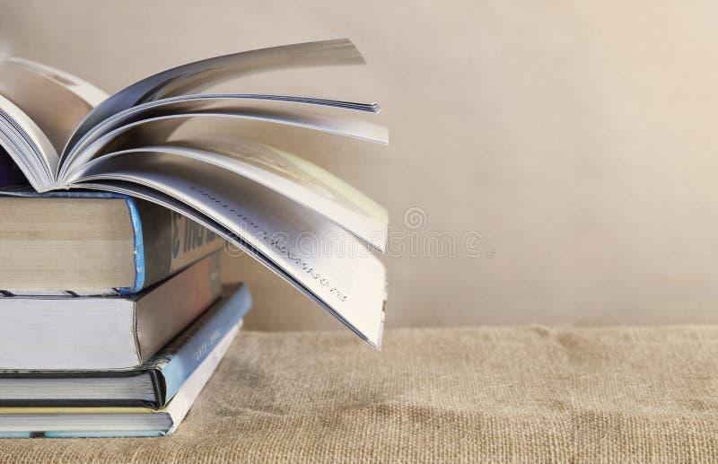 Zakończenie stara podręcznik sterta na stole z książkowymi kręcenie stronami na wierzchołku z kopii przestrzenią lub przestrzenią obrazy stock