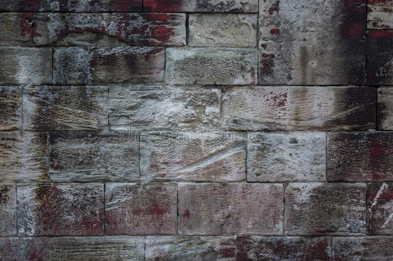 Zakończenie stara wietrzejąca piaskowiec ściana różny sklejony s obrazy stock