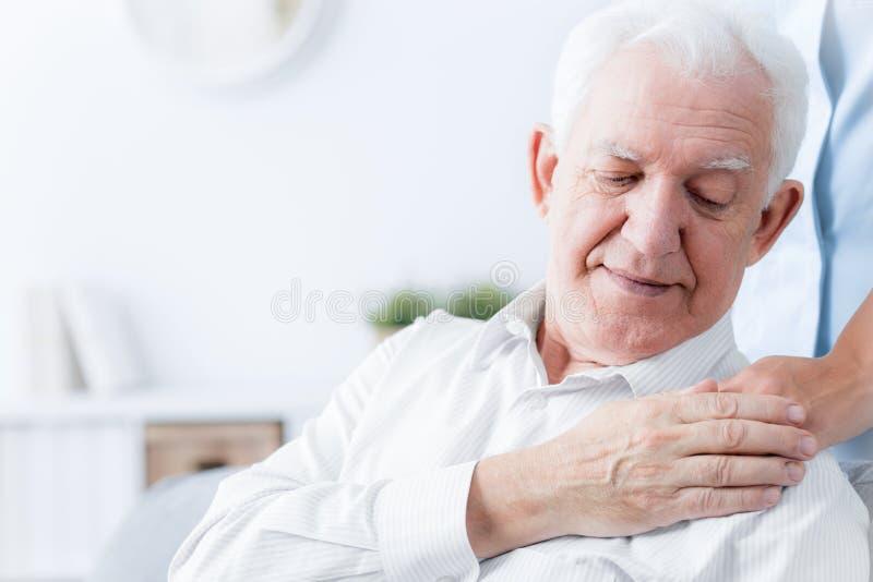 Zakończenie starszego mężczyzna macania ręka życzliwy opiekun obraz stock