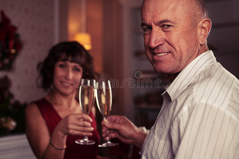 Zakończenie stojak ostrość strzelał starszy mężczyzna wznosi toast szkła ch zdjęcia stock