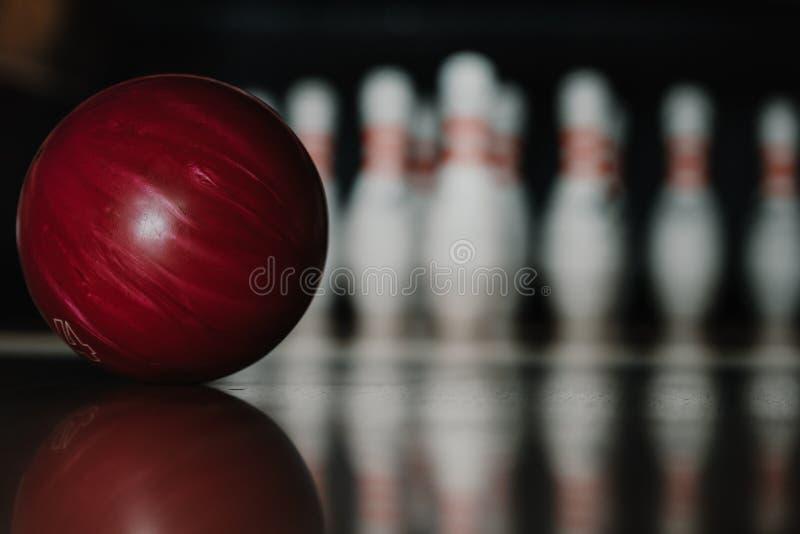 zakończenie strzał czerwona kręgle piłka na alei w przodzie obraz stock