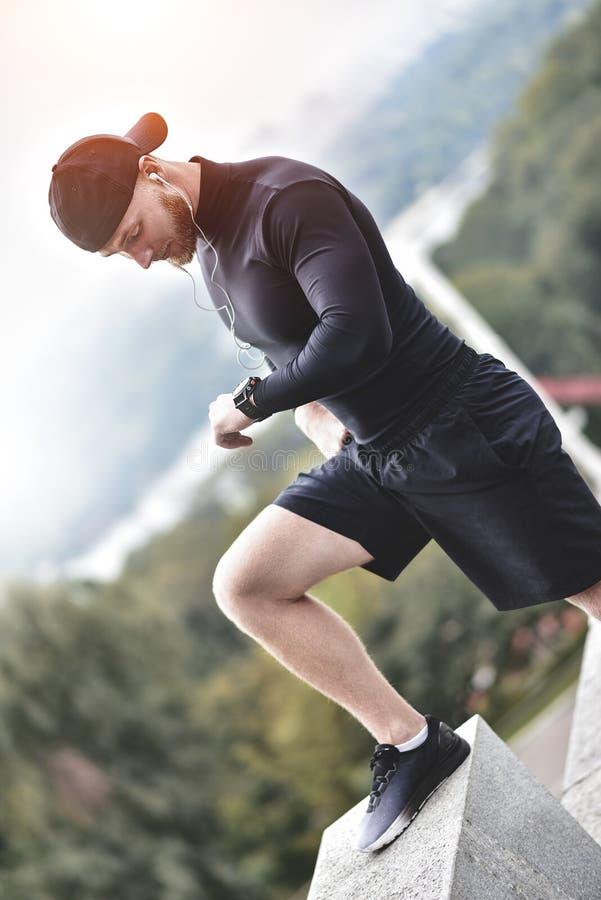 Zakończenie Strzelający Brodaty Sportive mężczyzna Po tym jak trening sesja Sprawdza sprawność fizyczna rezultaty Dorosły facet J obrazy royalty free