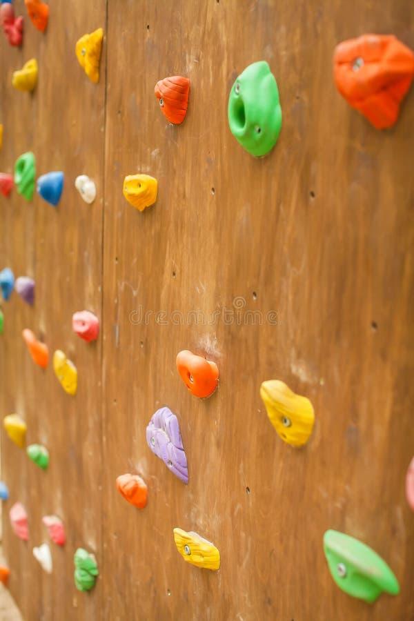 Zakończenie stubarwni haczyki dla rockowego arywisty na drewnianej ścianie w plenerowym boisku kolorowe tła abstrakcyjne obraz royalty free