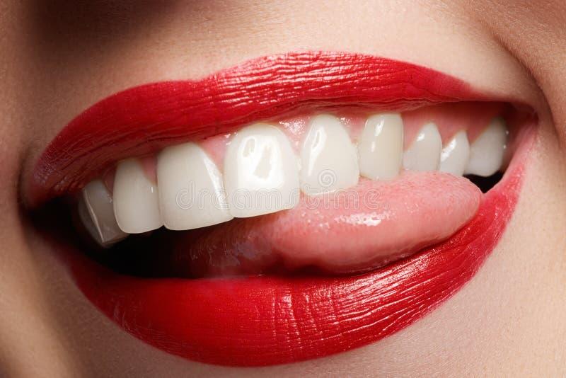 Zakończenie szczęśliwy żeński uśmiech z zdrowymi białymi zębami, jaskrawy czerwony warga makijaż obraz stock