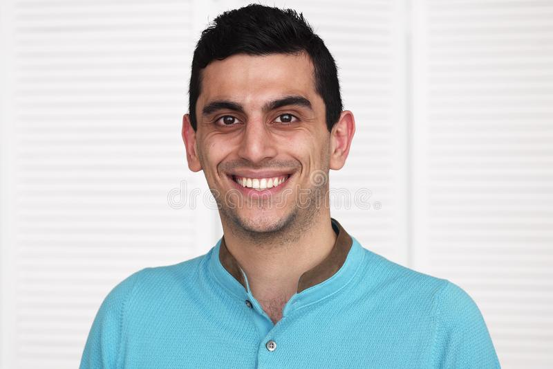 Zakończenie szczęśliwy arabski mężczyzna ono uśmiecha się fotografia royalty free