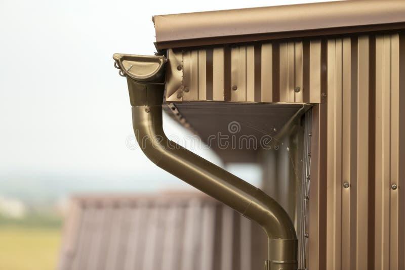 Zakończenie szczegół chałupa domu kąt z metalem zaszaluje popierać kogoś zdjęcia stock