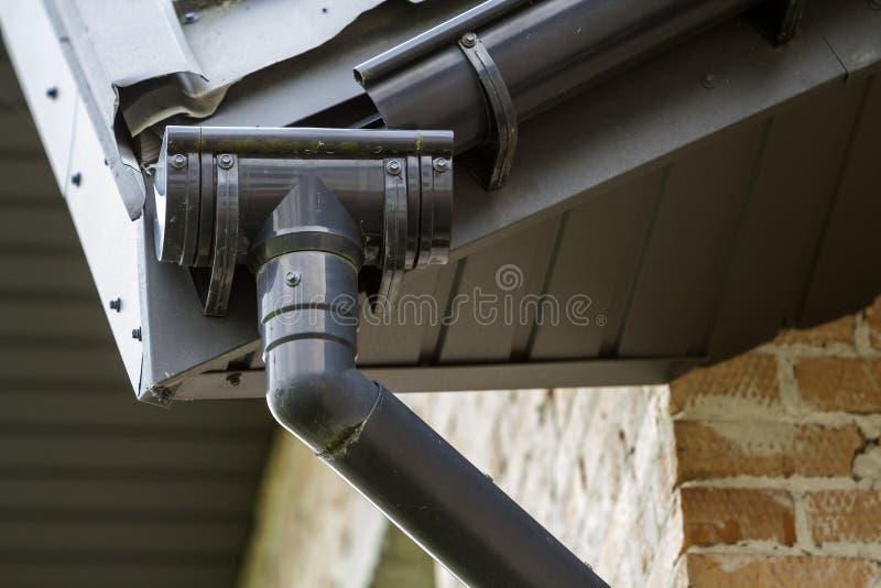 Zakończenie szczegółu wizerunek kąt nowy budujący ceglany chałupa domu dach z stalowym rynna deszczu systemem Fachowa budowa a zdjęcie stock