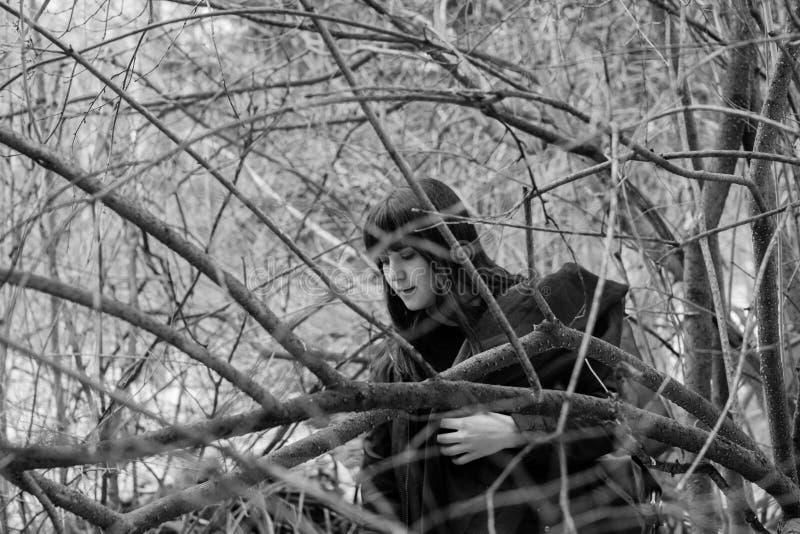 Zakończenie twarz piękni potomstwa przerzedże kobiety w depresji w czarnej przesłonie w czarny i biały pojęciu, obraz stock