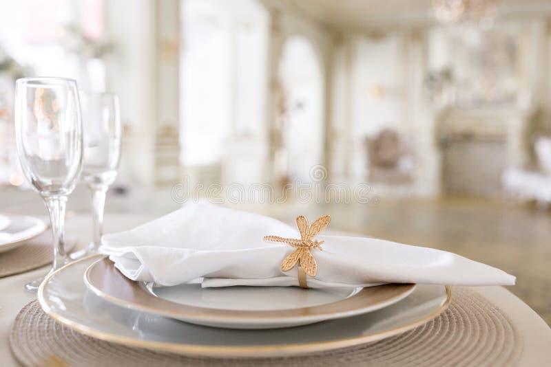 Zakończenie układ świąteczny stół dekorujący krzesła dla świątecznego gościa restauracji i stół Luksusowy wystrój z światłem dzie zdjęcie stock