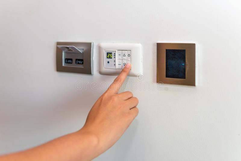 Zakończenie up żeńska ręka swiching temperaturowego airconditioner krupon obraz stock