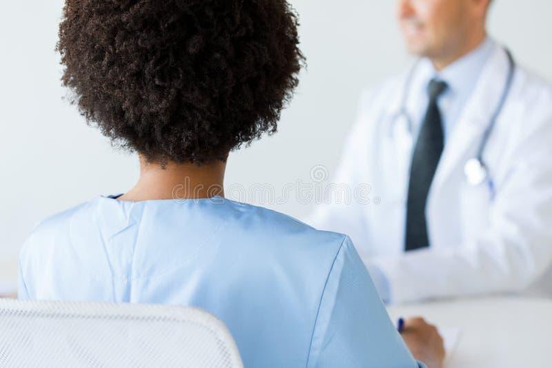 Zakończenie up afrykanin lekarka przy szpitalem od plecy zdjęcia royalty free