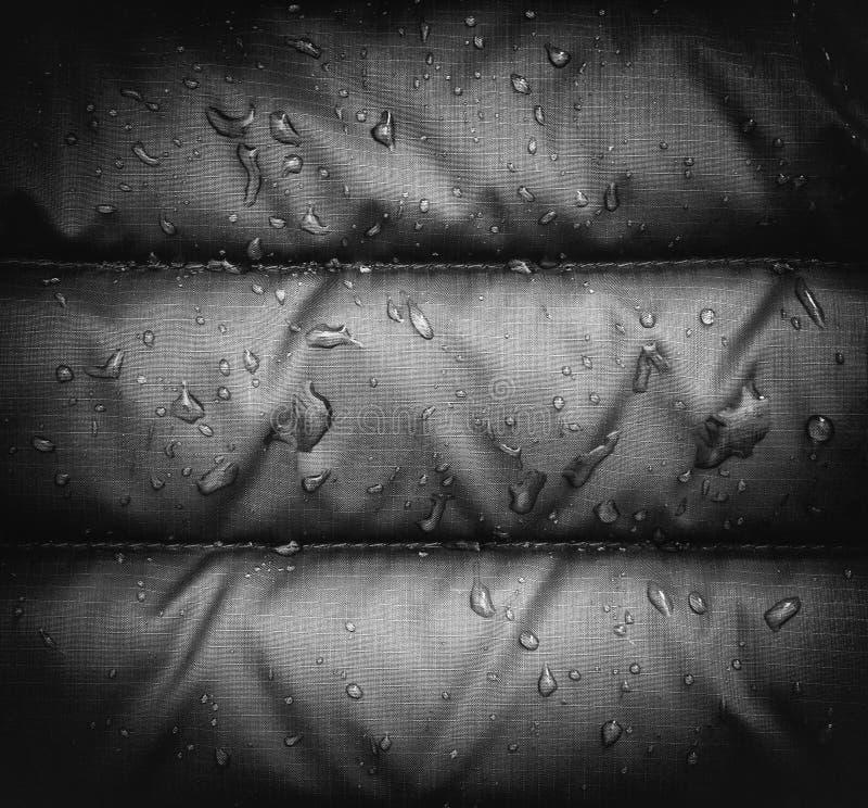 Zakończenie up błękitna wodoodporna podeszczowa kurtki tkanina z wodnymi kropelkami, vignetting skutek zdjęcia stock