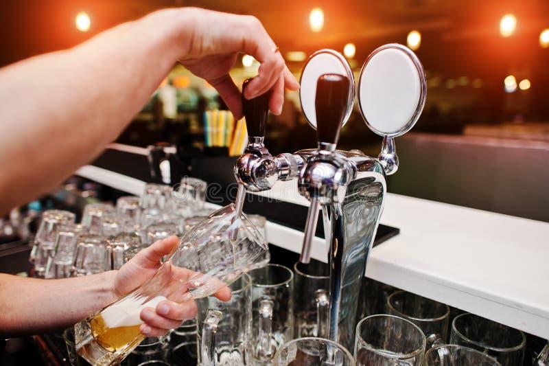 Zakończenie up barman ręka przy piwa klepnięciem zdjęcia royalty free