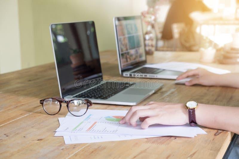Zakończenie up biznesowej kobiety ręka pracuje na laptopie z fotografia stock