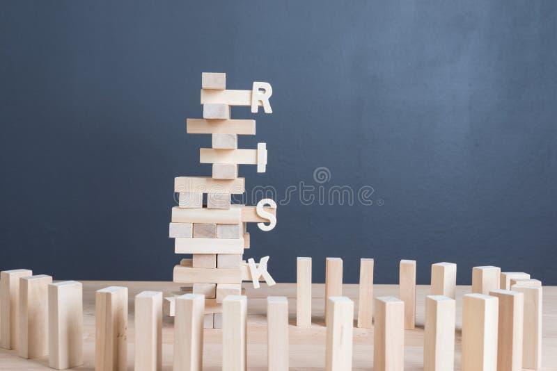 Zakończenie up blokuje drewnianą grę z słowa ryzykiem na basztowym drewnianym bloku wo zdjęcie stock
