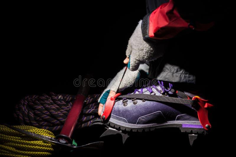 Zakończenie up crampon i plastikowy but dla mountaineering Wycieczkować wyposażenie na lodowu fotografia stock