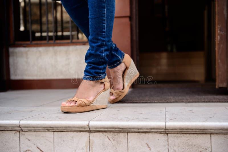 Zakończenie up dziewczyn nogi w butach opuszcza pokój zdjęcie royalty free