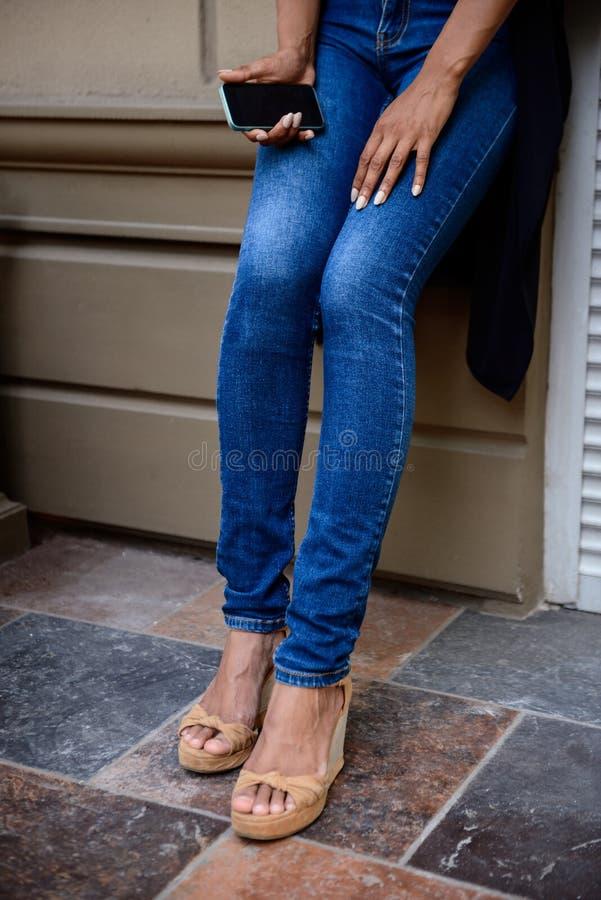Zakończenie up dziewczyn nogi w butach przy ulicą obraz royalty free