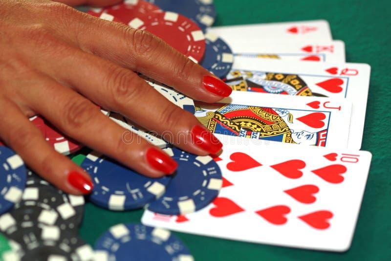 Zakończenie up grzebak w kobiety ` s ręki układach scalonych przy gre i karta do gry zdjęcie royalty free