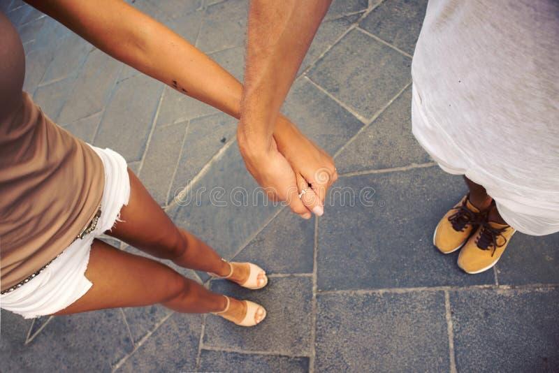 Zakończenie up kochająca młoda piękna para w miłości trzyma ręki wpólnie, tło obrazy royalty free