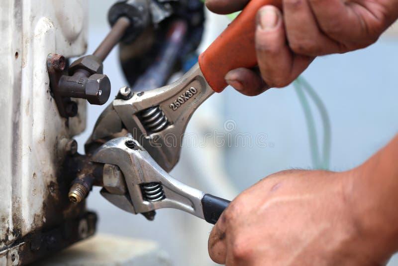 Zakończenie up Lotnicza Uwarunkowywać naprawa, repairman na podłogowej naprawianie klimatyzaci zdjęcia royalty free