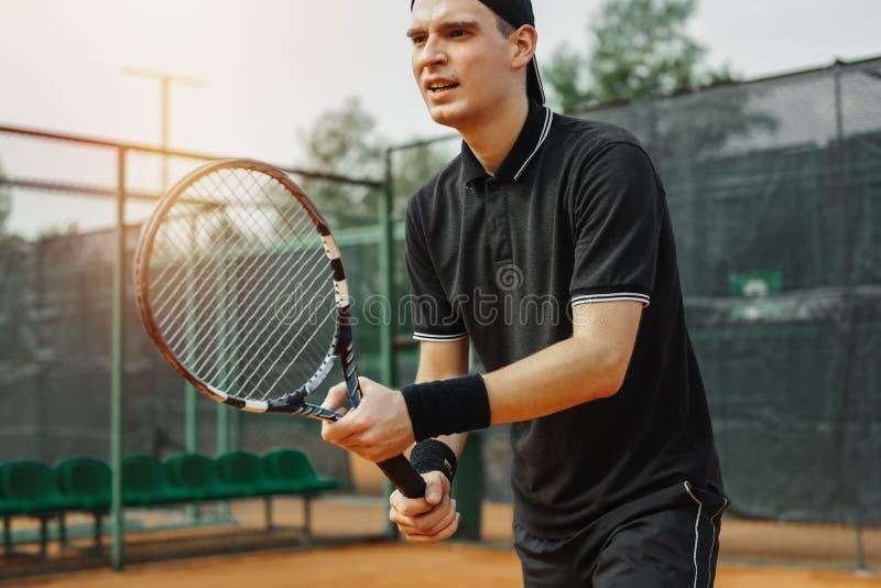 Zakończenie up mężczyzna trzyma tenisowego kant w oba rękach prostować strajka obraz royalty free